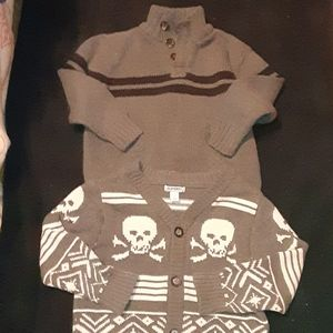 2 Old Navy sweaters szS gray w/ skulls